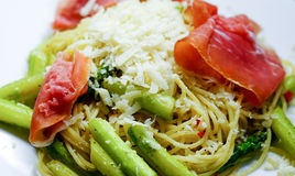 Pasta with mozzarella, tomatoes, asparagus and ham Royalty Free Stock Photos