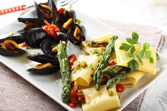 Pasta with mussels and asparagus Royalty Free Stock Photos