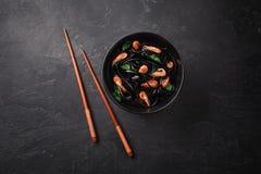 Pasta nera del Fettuccine dell'inchiostro del calamaro con i gamberetti o gamberetti, prezzemolo, peperoncino rosso in vino e sal fotografia stock