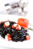 Pasta nera del tagliatelle con i cubi del granchio Fotografie Stock