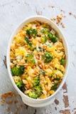 Pasta och broccolieldfast form Arkivbilder