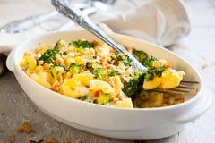 Pasta och broccolieldfast form Arkivbild