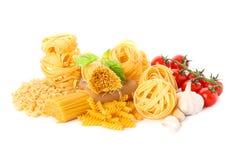 Pasta och grönsaker som isoleras på vit bakgrund arkivfoton
