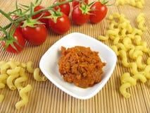 Pasta och röd pesto Royaltyfri Fotografi
