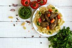 Pasta och stekt gåslever (höna, and) med pesto och tomat arkivfoto