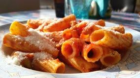 Pasta och tomatsås i en platta Arkivbilder