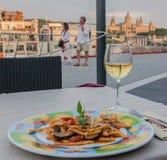 Pasta och vin Barcelona Arkivfoto
