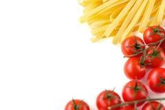 Pasta, olio d'oliva e ciliegia italiani crudi dei pomodori su un bianco Fotografia Stock Libera da Diritti