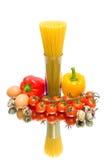 Pasta, ortaggi freschi ed uova su fondo bianco Fotografia Stock