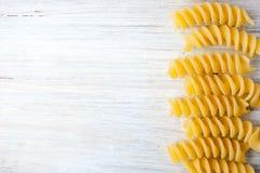 Pasta på som lämnas av den vita tabellen som är horisontal Royaltyfri Foto