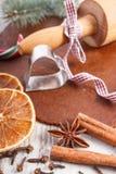Pasta para las galletas, la especia, los ingredientes y los accesorios de la Navidad para el pan de jengibre que cuece Imagenes de archivo