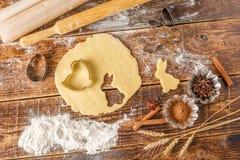 Pasta para las galletas que cuecen y las diversas formas culinarias bajo la forma de bestias Aún-vida en un fondo de madera Imágenes de archivo libres de regalías