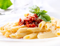 Pasta Penne con salsa bolognese immagine stock