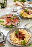 Pasta Penne med Bolognese sås för tomat, parmesanost och basilika royaltyfria bilder