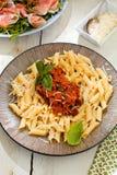 Pasta Penne med Bolognese sås för tomat, parmesanost och basilika royaltyfria foton