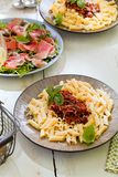 Pasta Penne med Bolognese sås för tomat, parmesanost och basilika arkivfoton