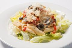 Pasta Penne Pasta med Bolognese sås, parmesanost och lettice lyx för livsstil för utmärkt mat för carpacciokokkonst italiensk ita arkivfoton