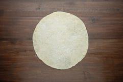 Pasta per pizza su fondo di legno scuro Vista superiore Immagine Stock