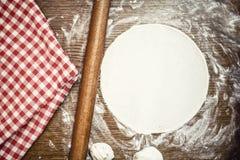 Pasta perfetta della pizza con gli ingredienti e la farina freschi e bio- Fotografia Stock