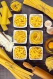 Pasta in piccole ciotole con gli spaghetti e il mafaldine legati Immagine Stock Libera da Diritti