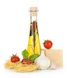 Pasta, pomodori, basilico, olio di oliva e formaggio immagine stock