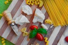 pasta, pomodori, basilico, parmigiano Immagine Stock