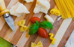 pasta, pomodori, basilico, parmigiano Immagini Stock