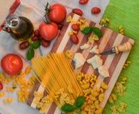 pasta, pomodori, basilico, parmigiano, coltello Fotografia Stock Libera da Diritti