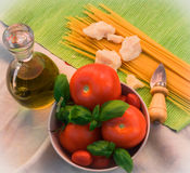 pasta, pomodori, basilico, parmigiano, coltello Immagine Stock
