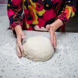 Pasta preshapping del panadero Foto de archivo libre de regalías