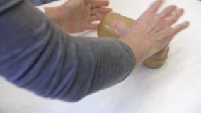 Pasta que envuelve en celofán almacen de metraje de vídeo