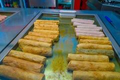 Pasta rodada frita deliciosa, diversa en un hierro del metal asado a la parrilla Imagenes de archivo