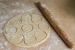 Pasta rotolata con i cerchi, matterello Fotografie Stock