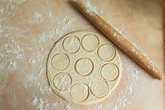 Pasta rotolata con i cerchi, matterello Fotografia Stock