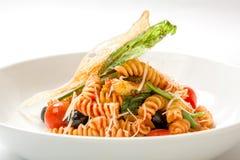 Pasta in salsa al pomodoro con le verdure fritte Fotografie Stock