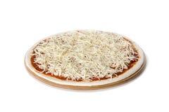 Pasta, salsa y queso crudos de la preparación de la pizza Fotos de archivo libres de regalías
