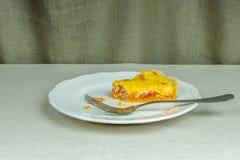 Pasta sfoglia calorosa acida casalinga, un pezzo solo sul piatto bianco Fotografia Stock