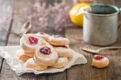 Pasta sfoglia casalinga dei biscotti della gelatina con inceppamento rosso Immagine Stock