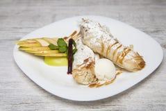 Pasta sfoglia con le mele cannella ed il gelato Fotografia Stock