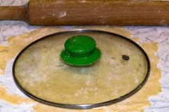 Pasta sfoglia con un diametro di 21 cm immagini stock libere da diritti