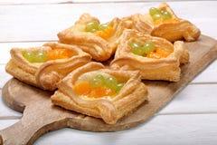 Pasta sfoglia crema con frutta Immagine Stock