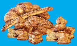 Pasta sfoglia di recente al forno del croissant del sesamo isolata su fondo blu Immagine Stock Libera da Diritti