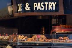 Pasta sfoglia dolce ad un'esposizione del negozio di pasticceria immagini stock