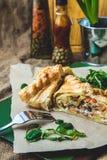 Pasta sfoglia farcita con carne, carote, torta della patata, decorata con il rucola, su un fondo scuro del fondo per la cartolina Immagini Stock