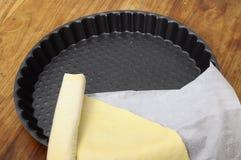 Pasta sfoglia pronta nel piatto del grafico a torta Immagine Stock Libera da Diritti