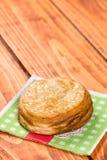 Pasta sfoglia rotonda con sesamo sul tovagliolo sopra fondo di legno fotografie stock libere da diritti