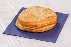 Pasta sfoglia rotonda con sesamo sul tovagliolo sopra fondo di legno fotografia stock libera da diritti