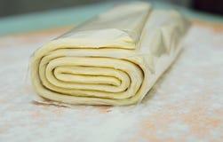 Pasta sfoglia sulla tavola, cucinante immagine stock libera da diritti