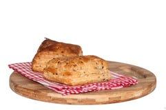 Pasta sfoglia sulla tovaglia della cucina e sul bordo di legno immagini stock libere da diritti