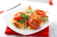 Pasta with shrimp, fresh tomatoes and parsley Royalty Free Stock Images